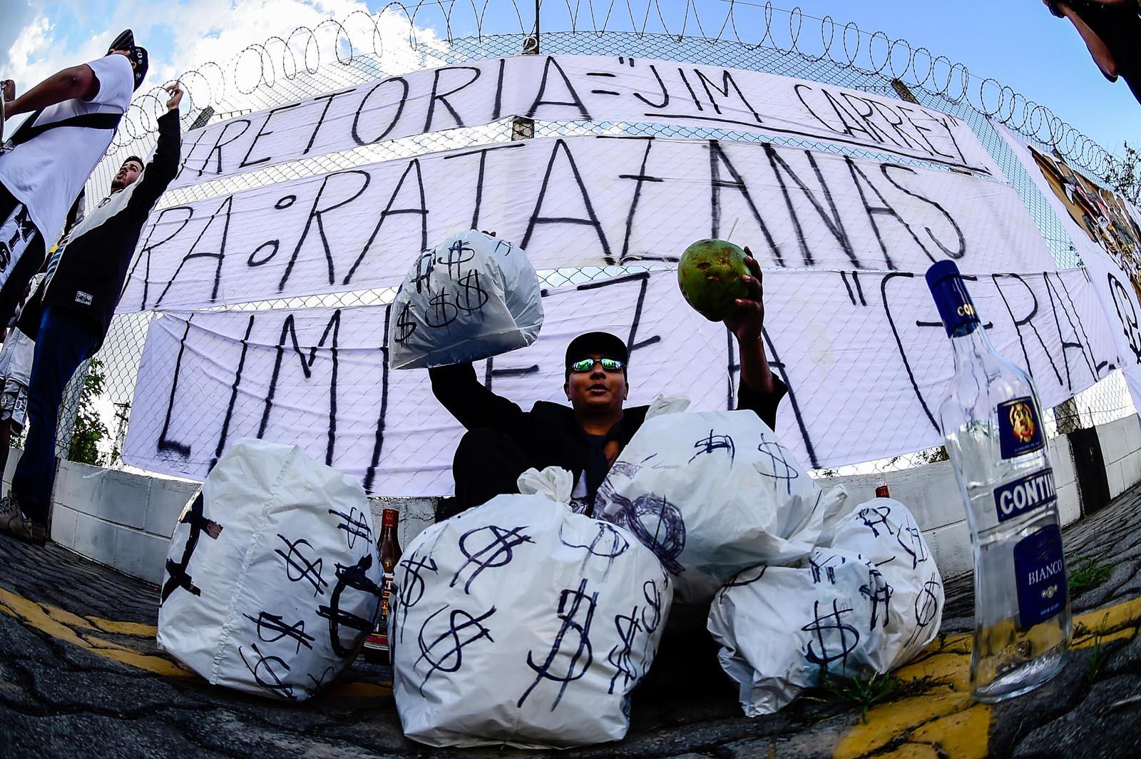Torcedores não ficaram felizes com mais um tropeço do Corinthians dentro de casa (Foto: Fernando Dantas/Gazeta Press)