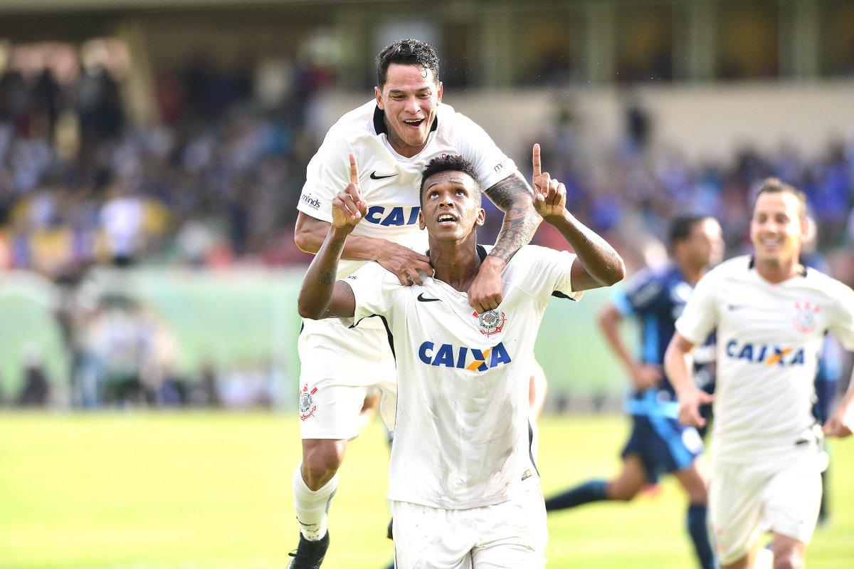 Jô diz que sofreu pênalti e comemora gol no Timão: 'Sensação única'