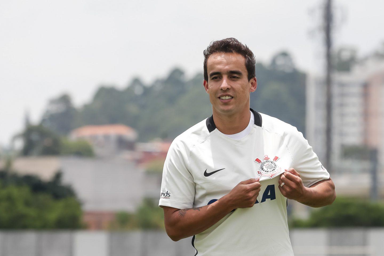 Apresentado, Jadson chega para ser a estrela do Corinthians em 2017: 'Muito feliz'