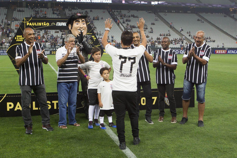 Jadson recebe camisa 77 no Corinthians em menção aos 40 anos do fim do tabu