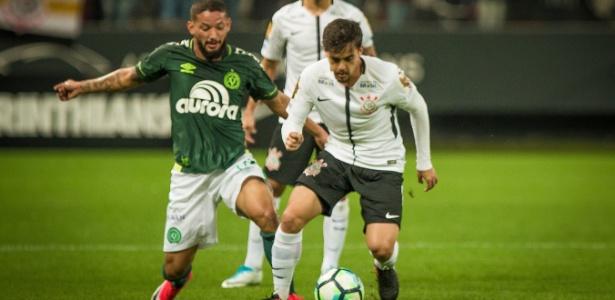Fagner em ação contra a Chapecoense: empate amargo na estreia