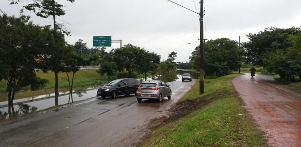 Motoristas enfrentam dificuldades para passar pela parte alagada