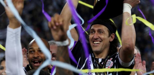 Cássio levanta a taça do Campeonato Paulista na Arena Corinthians