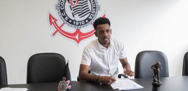 Moisés assinou contrato por mais dois anos com o Corinthians
