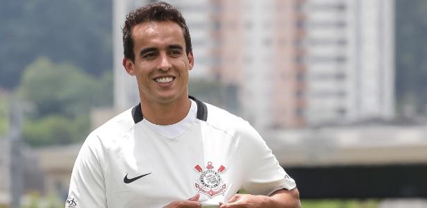 Jadson veste a camisa do Corinthians depois do seu retorno ao clube: time exibirá fotos de desaparecidos no uniforme neste sábado (13)