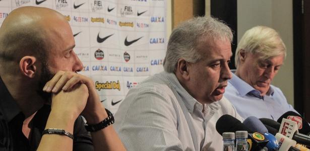 Alessandro e Flávio Adauto (à dir), ao lado do presidente Roberto: dupla do futebol estancou pressão