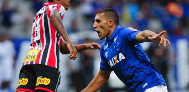 Ábila comemora gol para o Cruzeiro diante do São Paulo pela primeira rodada