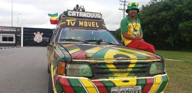 Jamaica na porta do CT do Corinthians: ele quer difundir o reggae e a reciclagem