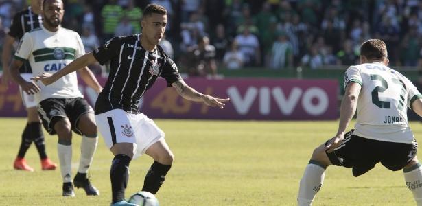 Gabriel domina a bola durante partida entre Corinthians e Coritiba