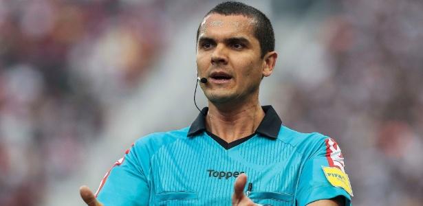 Árbitro Ricardo Marques Ribeiro em ação durante o jogo Corinthians x Flamengo