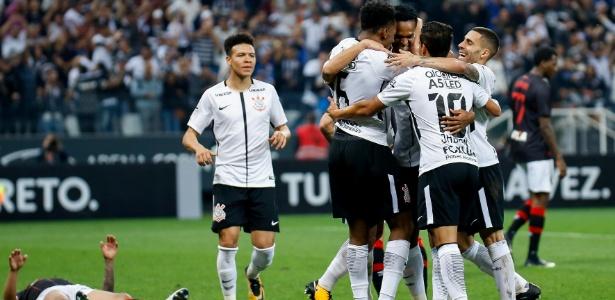 Jogadores do Corinthians comemoram gol