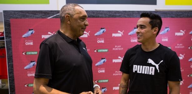 Jadson conversa com Basílio: campeões pelo Corinthians
