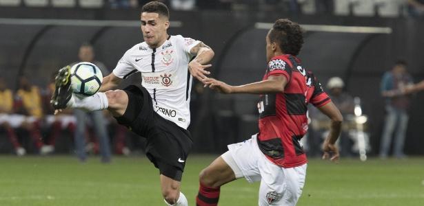 Gabriel conduz a bola diante do Atlético-GO: dificuldade como passador