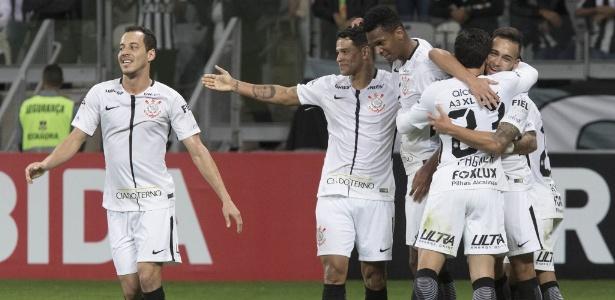 Jogadores do Corinthians celebram gol marcado contra o Atlético-MG em Belo Horizonte