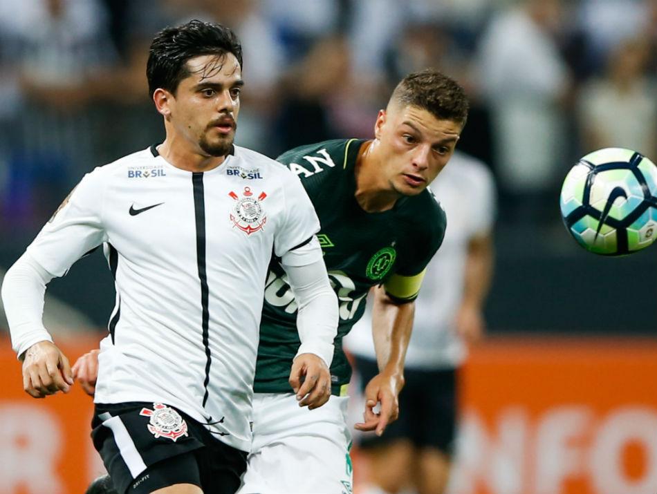 Fagner cita três gigantes europeus ao falar do estilo de jogo do Corinthians