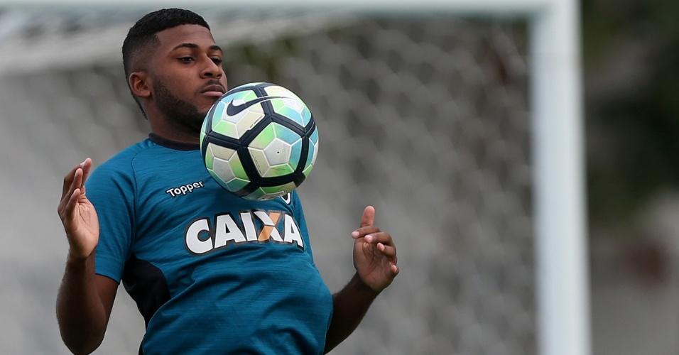 Chapéu no Corinthians? Palmeiras encaminha acordo com zagueiro do Botafogo