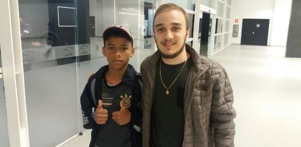 Matheus, 12 anos, ao lado de Carlos, 23: sonho realizado na Arena Corinthians