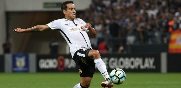 Jadson em ação na partida contra o Atlético-GO: segunda derrota corintiana