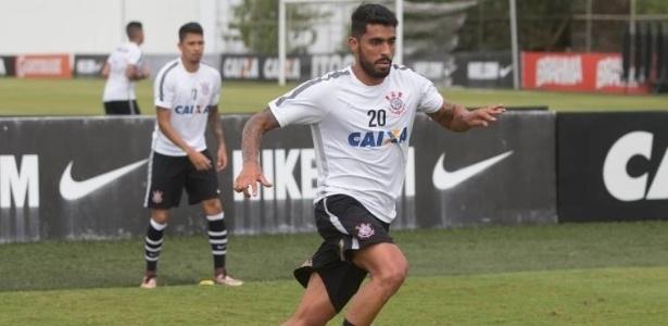Zagueiro Vílson em ação durante treino do Corinthians