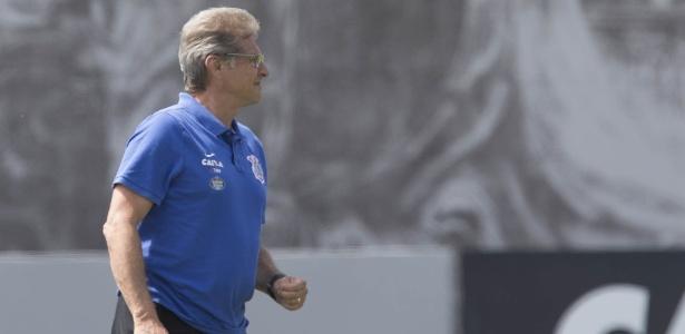 Oswaldo Oliveira no treino do Corinthians; treinador ainda não recebeu do clube alvinegro