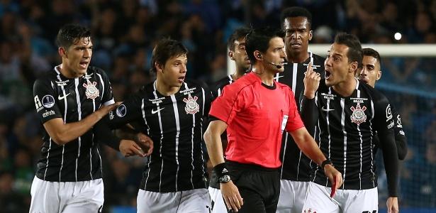 Rodriguinho (à direita) reclama com o árbitro por expulsão