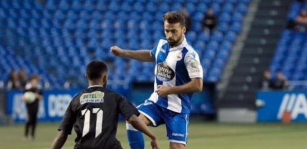 Marquinhos, do Corinthians, tenta desarmar o jogador do La Coruña na goleada por 7 a 0