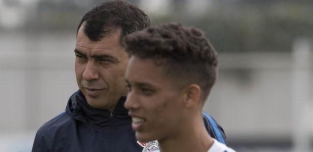 Carille e Pedrinho durante jogo do Corinthians