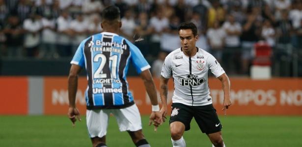 Jadson encara a marcação do gremista Fernandinho: Corinthians sustenta vantagem