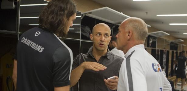 Alessandro conversa com Cássio no vestiário da Arena Corinthians