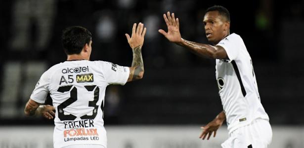 Jô comemora com Fagner após marcar pelo Corinthians contra o Botafogo