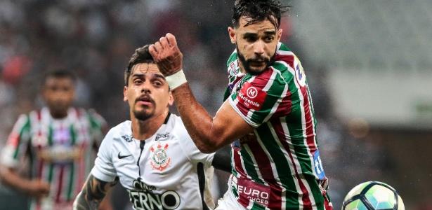 Fagner marcando Henrique Dourado durante o jogo contra o Fluminense