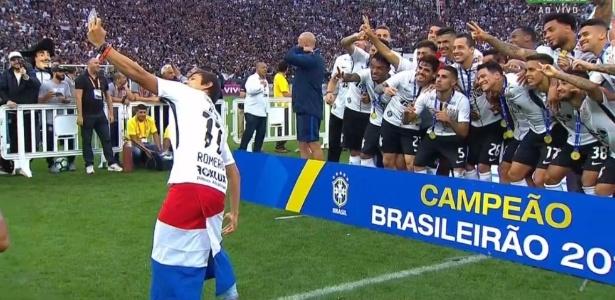 Romero faz nova selfie em comemoração do Corinthians no gramado da Arena