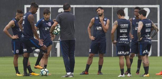 Carille com o parte do elenco atual do Corinthians: clube busca renovações