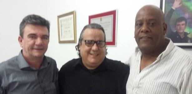 Márcio Pereira (centro), entre Andrés Sanchez e André Negão: ele regularizou o título do pai, que morreu em abril