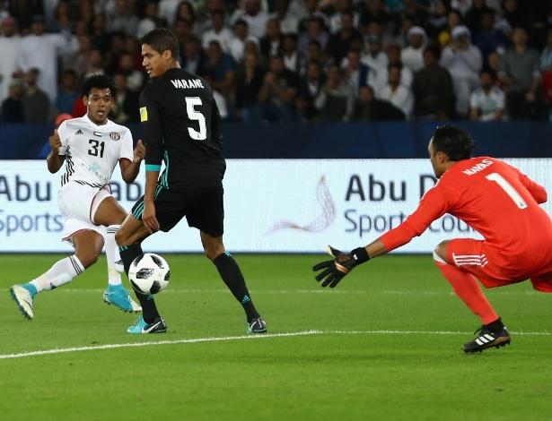 Momento em que Romarinho supera Navas e abre o placar para o Al-Jazira no Mundial