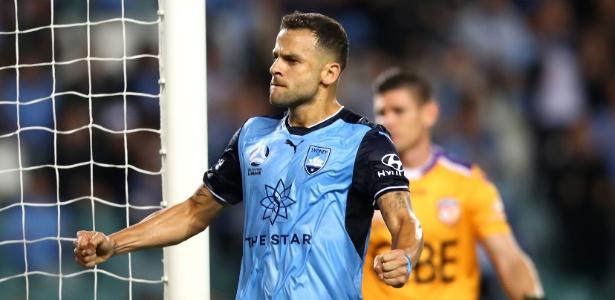 Técnico do Sydney FC, Graham Arnold cumprimenta atacante Bobô, ex-Grêmio