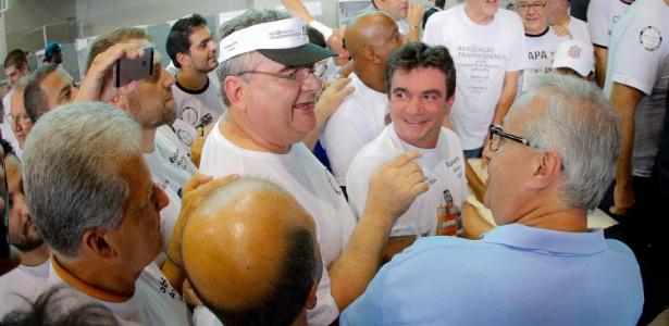 Andrés, entre Gobbi (esquerda) e Roberto (direita) nas eleições de 2015