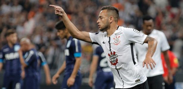 Maycon comemora gol do Corinthians contra o Racing; volante desperta interesse