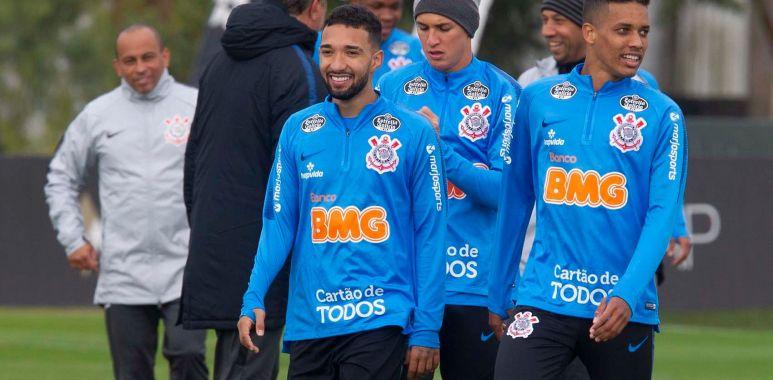 Clayson e Pedrinho durante treino do Corinthians