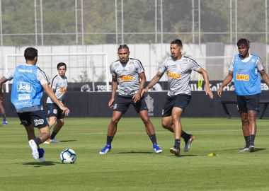 Jogadores do Corinthians durante treino no CT