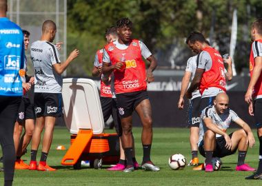 Jogadores durante treino do Corinthians